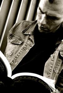 Image of Man Reading courtesy of Pianetatschai via Flickr